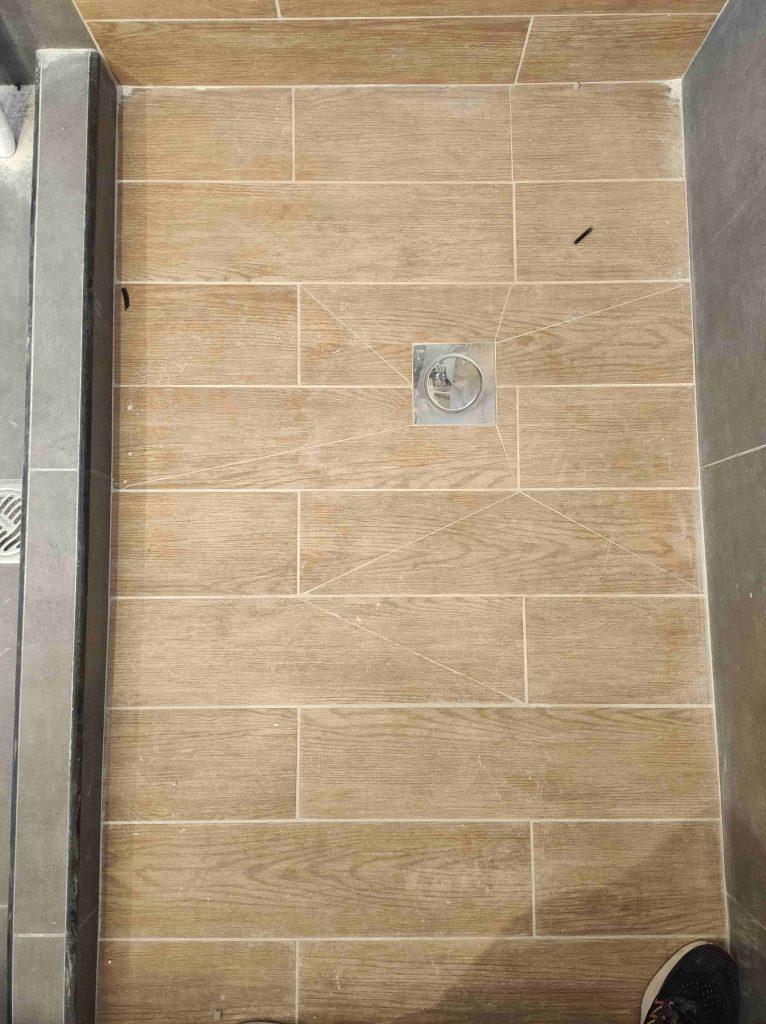Ανακαίνιση μπάνιου , Τοποθέτηση πλακιδίων σε ντουζιέρα με εξαιρετική τεχνική για βέλτιστη αποχέτευση υδάτων