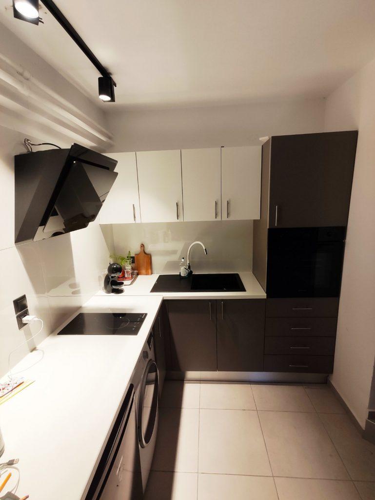 ανακαίνιση κουζίνας σε ολική ανκαίνιση γκαρσονιέρας και επίπλωση με λευκές συσκευές